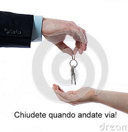 uomo-che-passa-le-chiavi2